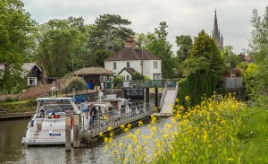 A queue for Marlow Lock going west.